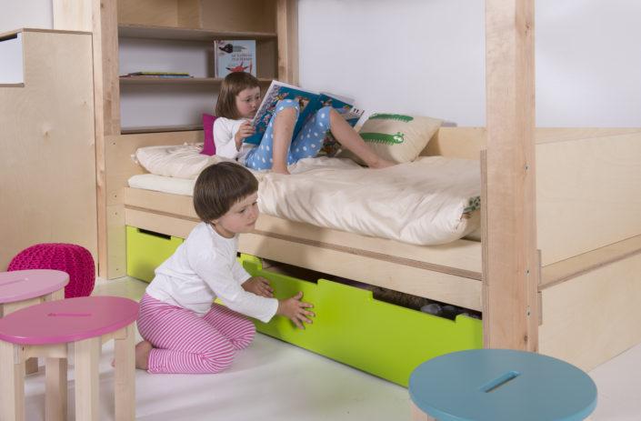 Světle hnědá prostorná postel se zásuvkami