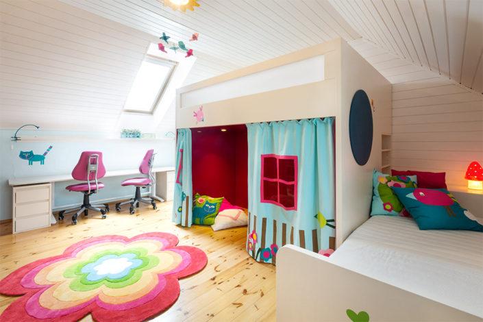Bílý nábytek s barevným přehozem