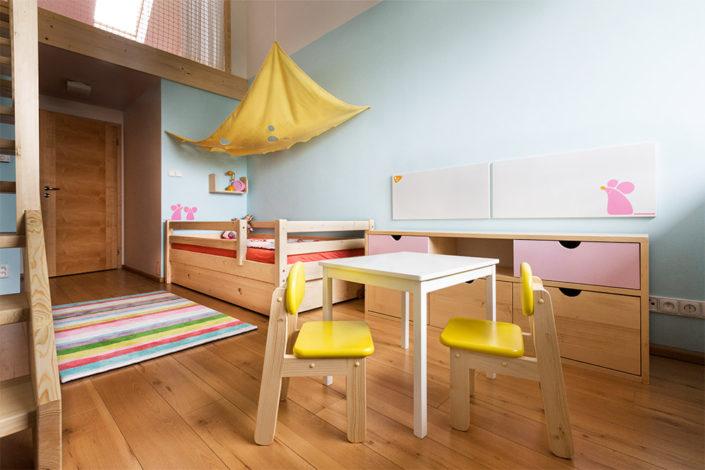 Nábytek do dětského pokoje ve světle hnědé barvě