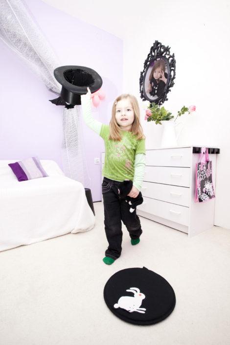 Fialový pokojíček s bílým nábytkem a černými doplňky