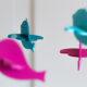 Modří a růžoví dřevění ptáčci
