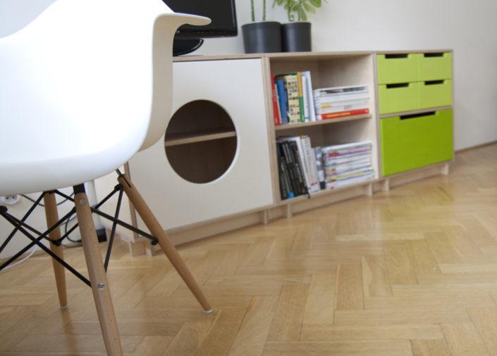 Pohodlná bílá židle vhodná pro studenty