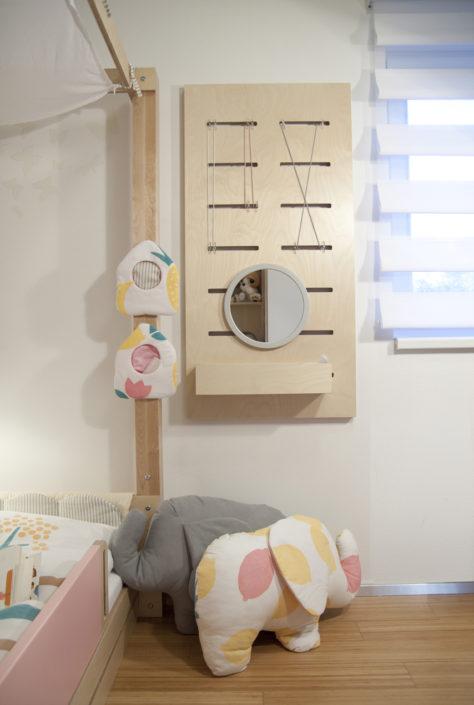 Dřevěná deska s kulatým zrcadlem