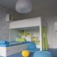 Bilý nábytek s modro-zelenými doplňky