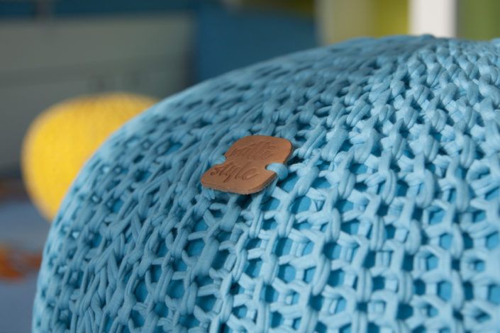 Modrý pletený puf