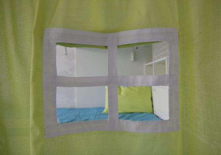 Závěs s malým bílým okínkem