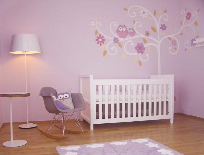 Bílé doplňky laděné k růžově vymalovanému pokoji
