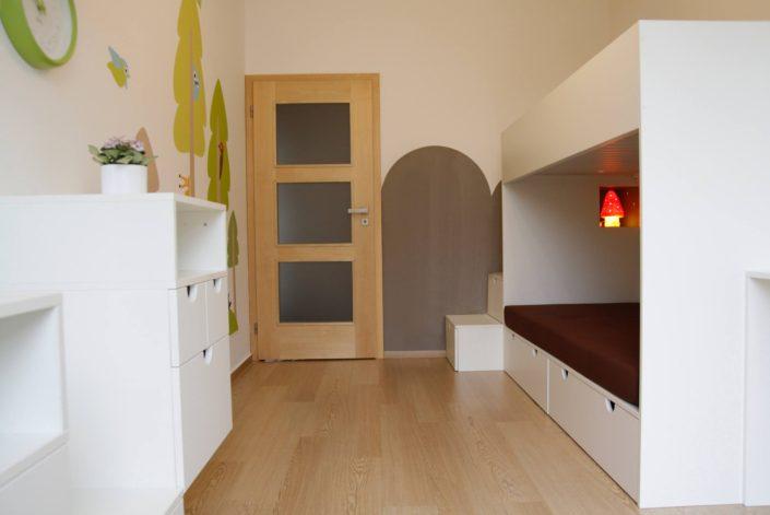 Pokoj s bílým nábytkem a s barevnými kresbami