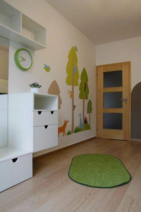 Jemný bílý pokojík s barevnými kresby na zdi