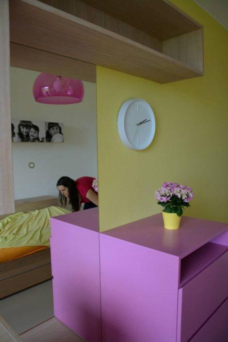 Holčičí pokojík v žluto-růžové variantě s bílými doplňky