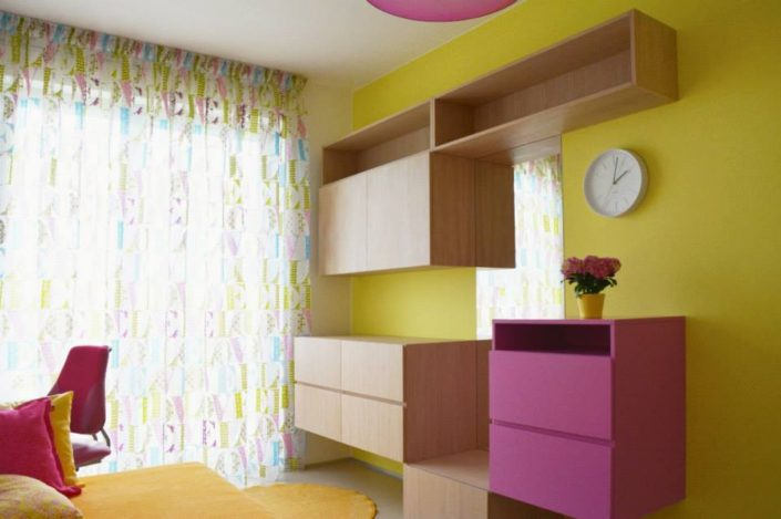 Žluto-růžový pokojík pro dívky