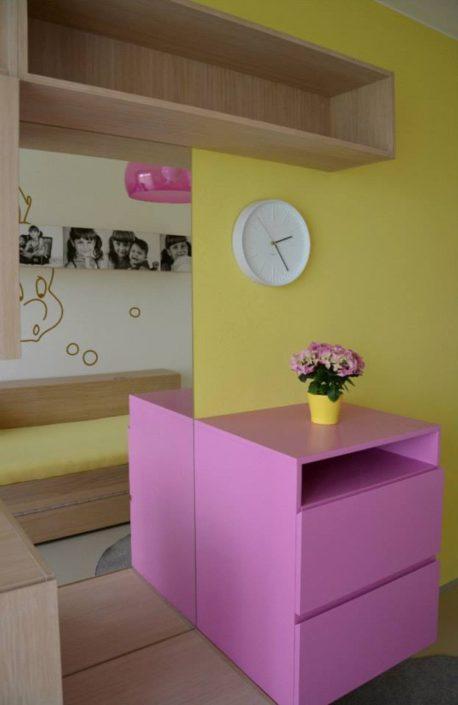 Holčičí pokojík s růžovým nábytkem