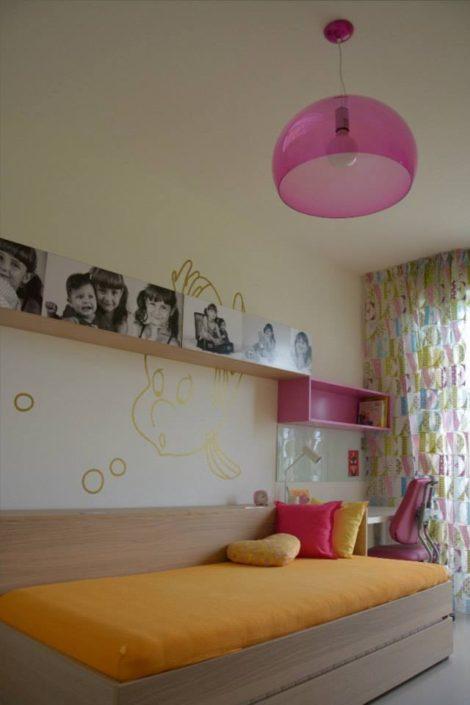 Růžovo-oranžový pokojík pro starší slečny