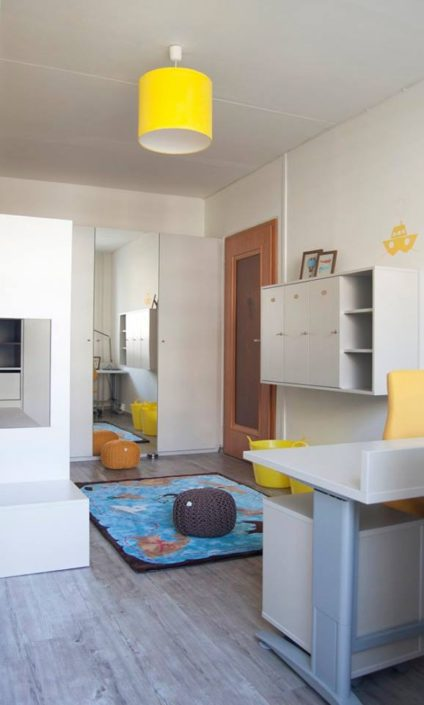 Bílý nábytek s laděný s barevnými doplňky