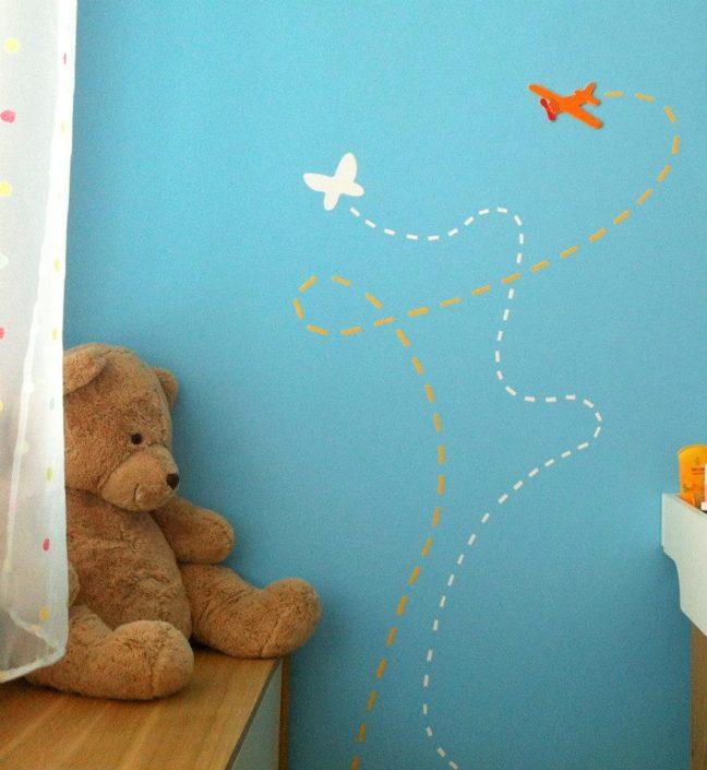 Pokojíček s detaily ve tvaru letadla a motýla