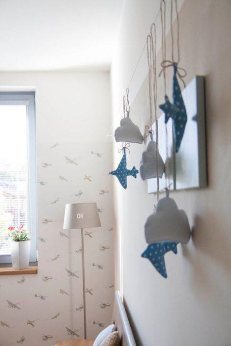 Detailní záběr na dekorace ve tvaru letadel a mraků