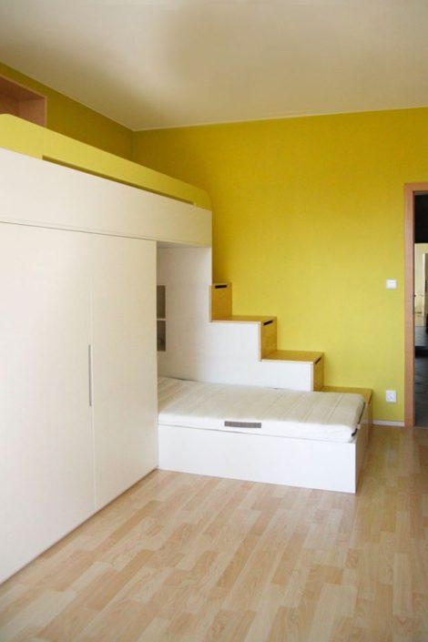 Palanda i postel se žlutými detaily a velkým úložným prostorem