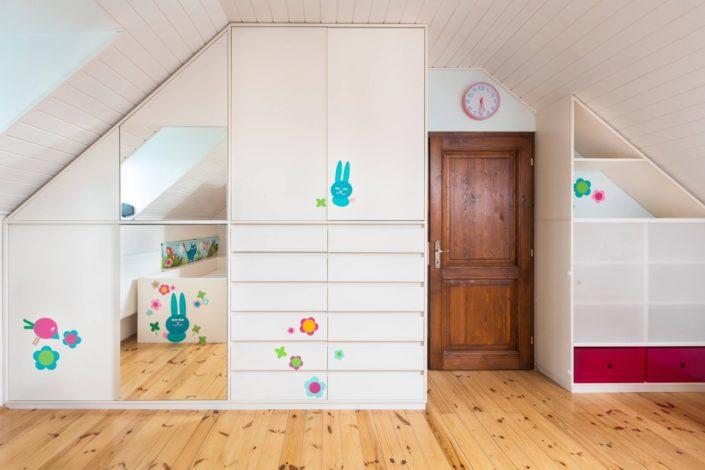 Vestavěné skříně - spousta místa na oblečení, knížky i hračky!