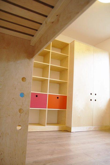 Útulný dětský pokoj s knihovnou